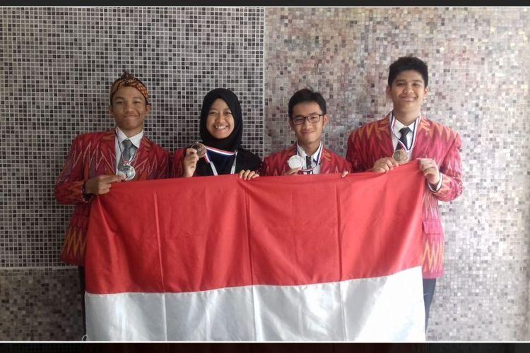 Siswa Indonesia peserta 11th IESO 2017 di Perancis: (kiri ke kanan) Rifky Andika, Alse Nabillah, Fransiskus L. Santoso, Fadly M. Aulia.