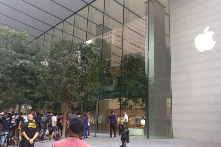 Suasana antrean menjelang pembukaan perdana Apple Store Singapura yang merupakan toko resmi Apple pertama di Asia Tenggara, Sabtu (27/5/2017).