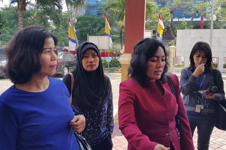 Penghuni Apartemen Green Pramuka City, Linda Herlinda (baju biru) dan Lina Herlina (48), mendatangi Kantor Kejaksaan Negeri (Kejari) Jakarta Pusat, Senin (7/8/2017). Mereka datang untuk mendukung komika Muhadkly MT atau Acho yang ditetapkan sebagai tersangka oleh polisi atas dasar laporan pihak pengelola Apartemen Green Pramuka City.