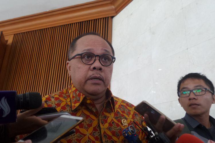 Anggota Komisi III DPR dari Fraksi PDI Perjuangan Junimart Girsang di Kompleks Parlemen, Senayan, Jakarta, Kamis (6/7/2017).