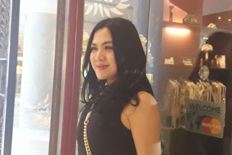Vicky Shu ketika ditemui wartawan saat sedang fitting baju untuk pernikahannya di Anne Avantie Grand Indonesia, Jakarta Pusat, Sabtu (16/9/2017).