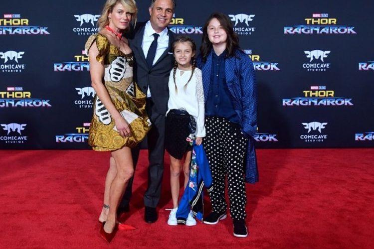 Aktor Mark Ruffalo bersama istrinya, Sunrise Coigney, dan dua anak mereka menghadiri pemutaran perdana film produksi Marvel Studios, Thor: Ragnarok, di Hollywood, California, pada 10 Oktober 2017.