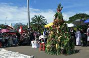 Jemaat GKI Yasmin dan HKBP Filadelfia Buat Pohon Natal dari Buah dan Sayur di Depan Istana