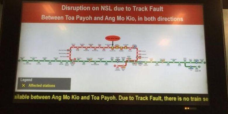 Layar menunjukkan informasi berhenti operasinya MRT Singapura di sejumlah stasiun akibat terowongan terendam banjir, Sabtu (7/10/2017)