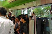 Diskon Besar-besaran, Antrean Pengunjung Mengular di Sport Station Lotus