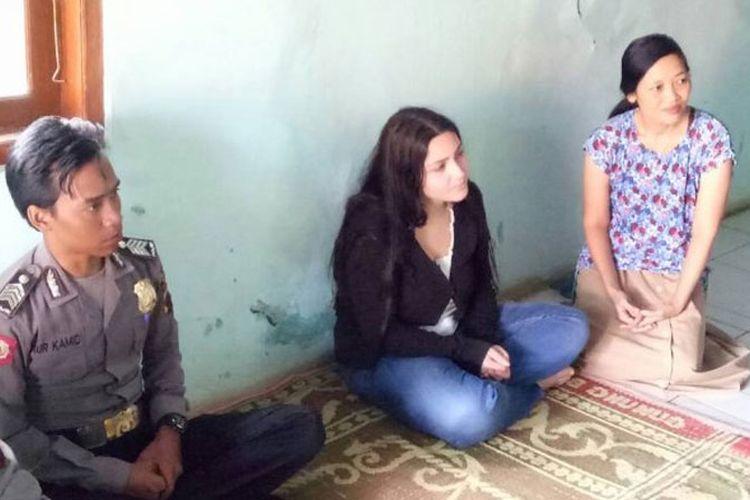laria (dua dari kanan), gadis Italia yang datang ke Indonesia demi menemui sang kekasih di Batang, Jawa Tengah.(Tribunjateng/Humas Polres Batang)
