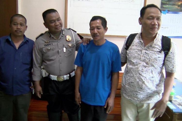 Sentot Setiadi (kaos biru) sopir yang melarikan bus BRT Transjakarta saat berada di Mapolres Pekalongan, Jawa Tengah usai menjalani pemeriksaan, Kamis (27/7/2017).