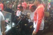 Jokowi Beri Makan Kurma, Gorila yang Biasa Berontak Tiba-tiba Tenang