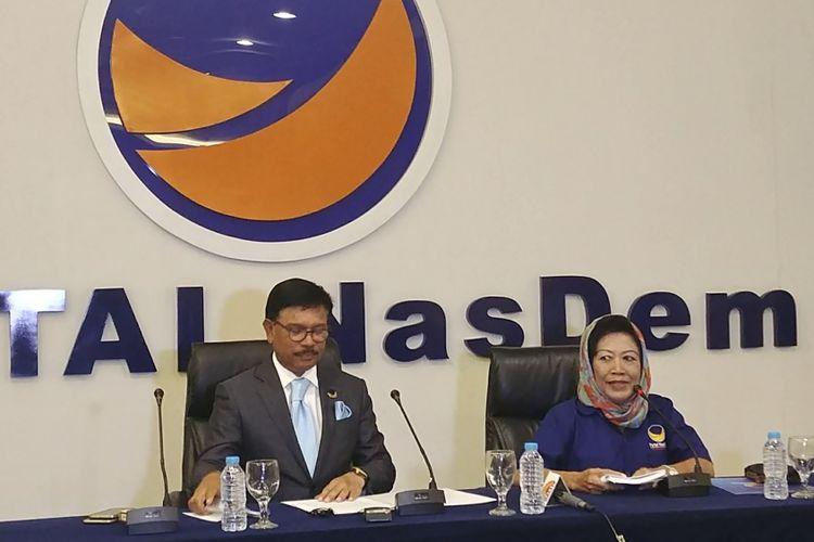 Sekjen Partai Nasdem Johnny G Platte (kiri) dalam jumpa pers di DPP Partai Nasdem, Jakarta, Senin (11/9/2017).
