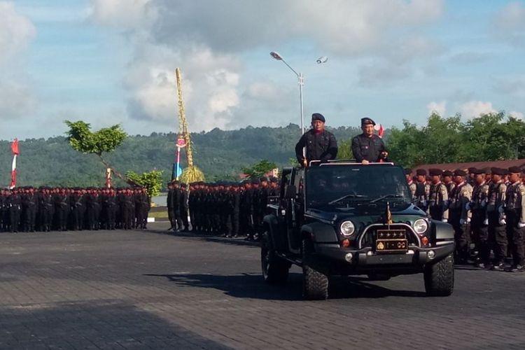 Kapolri Jenderal Pol Tito Karnavian saat melakukan inspeksi pasukan pada HUT Brimob Polri yang berlangsung di Lapangan Upacara Polda Maluku di kawasan Tantui, Ambon,  Selasa (14/11/2017).