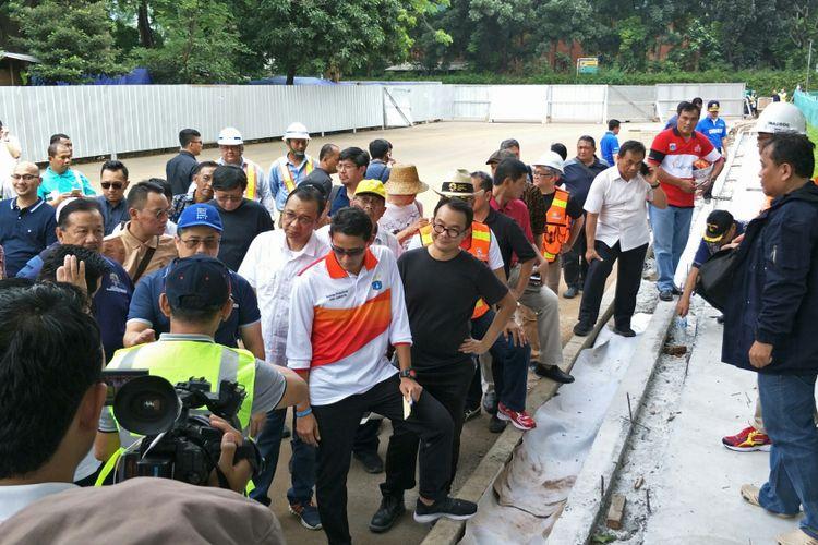 Wakil Gubernur DKI Jakarta Sandiaga Uno meninjau venue Asian Games 2018 di Kompleks Gelora Bung Karno (GBK), Senayan, Jakarta, Minggu (12/11/2017).