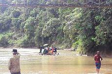 Jembatan Rusak, Warga Bengkulu Sebrangi Sungai untuk Makamkan Kerabatnya