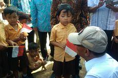 Muhadjir Ajak Siswa SD Terdampak Banjir Bernyanyi