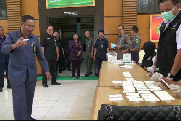 Hakim Tinggi Kepulauan Bangka Belitung Binsar Gultom saat menyerahkan sampel urine pada petugas BNN.