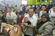 Blusukan ke Stasiun, Menhub Diajak 'Selfie' hingga Gendong Bayi