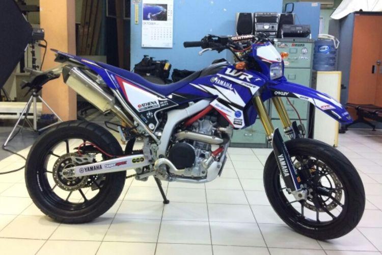 Yamaha WR250R bergaya supermoto hasil modifikasi bengkel custom Arena Motor.