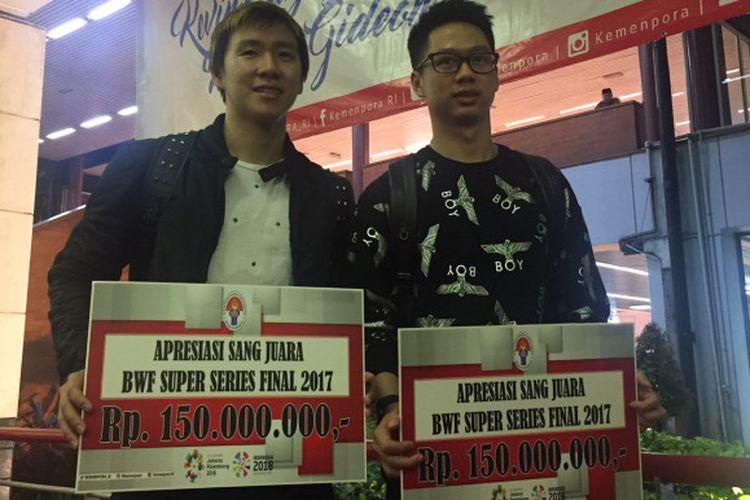 Pasangan ganda putra Indonesia, Marcus Fernaldi Gideon dan Kevin Sanjaya Sukamuljo, berpose di Bandara Soekarno-Hatta, Cengkareng, Tangerang, Senin (18/12/2017).