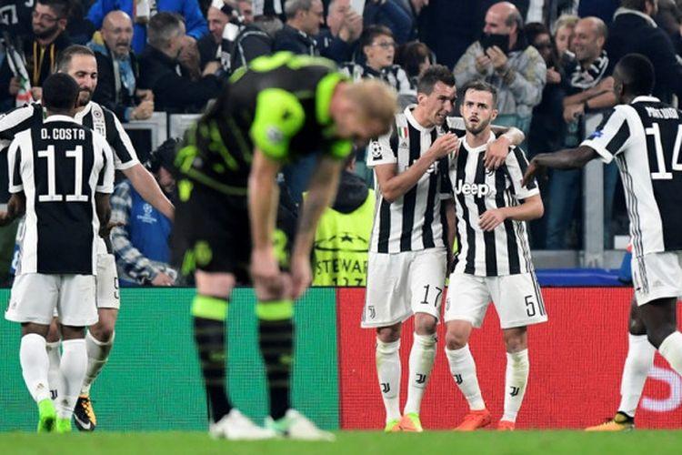 Para pemain Juventus merayakan gol Mario Mandzukic ke gawang Sporting CP pada laga fase grup Liga Champions di Stadion Allianz, Kamis (19/10/2017) dini hari WIB.