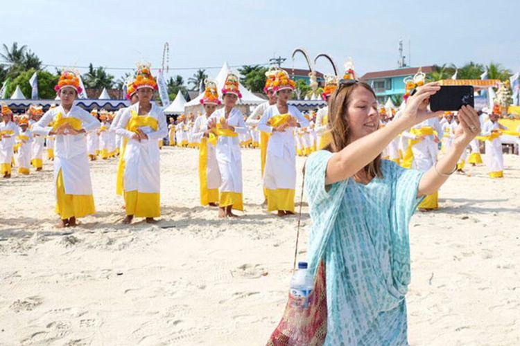 Wisman di Festival Nusa Penida 2017 yang digelar di Pantai Mahagiri, Kabupaten Klungkung, Bali, Rabu (6/12/2017). Festival Nusa Penida 2017 menampilkan 1.500 penari.