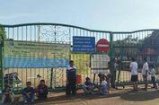 Monas Ditutup Sementara, Beberapa Warga Duduk di Depan Gerbang