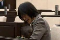 Politisi Perempuan Jepang Bawa Anaknya Saat Sidang Dewan Kota