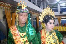 Beri Mahar Rp 30 Juta, Kakek Ini Menikahi Nenek dengan Pesta Meriah