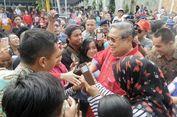 Saat SBY Jadi Sasaran Jabat Tangan dan 'Selfie' Ibu-ibu Warga Cikeas