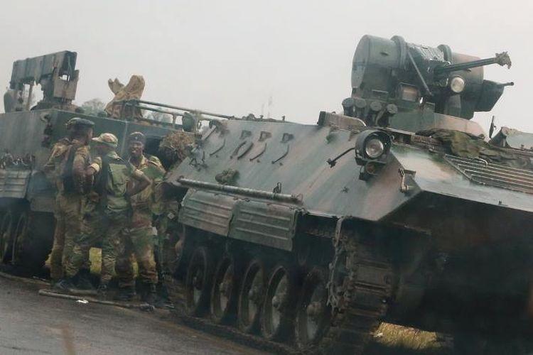 Pasukan militer Zimbabwe dengan kendaraan berat terlihat di luar ibu kota Harare.