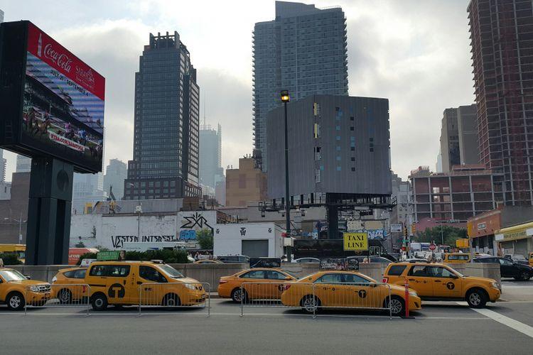 Deretan taksi sedang menunggu penumpang di Kota New York, Selasa (22/8/2017). Persaingan yang ketat di antara penyedia layanan taksi membuat pemerintah kota memberlakukan aturan yang lebih adil dan tidak merugikan pengguna.