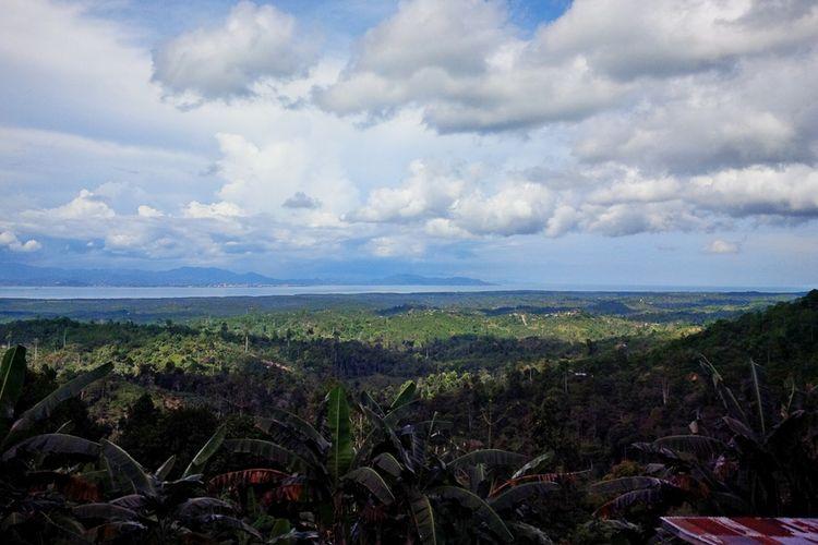Pemandangan Wallace Bay, Sebatiknya Malaysia yang berlatar belakang kota Tawau  yang disuguhkan di salah satu spot di Pulau Sebatik. Untuk meningkatkan harga biji cokelat, Pemkab Nunukan dibantu Kementrian PDT membangun Desa Wisata Coklat di Desa Sunagi Limau.