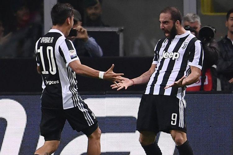 Paulo Dybala dan Gonzalo Higuain merayakan gol Juventus ke gawang AC Milan di San Siro, Sabtu (28/10/2017).