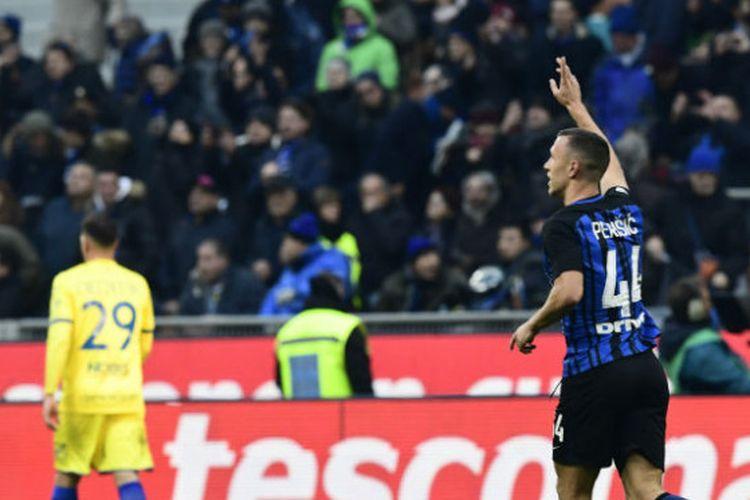 Selebrasi striker Inter Milan, Ivan Perisic, usai mencetak gol pertama melawan Chievo pada laga di Stadion Giuseppe Meazza, Milan, Italia, Minggu (3/12/2017)