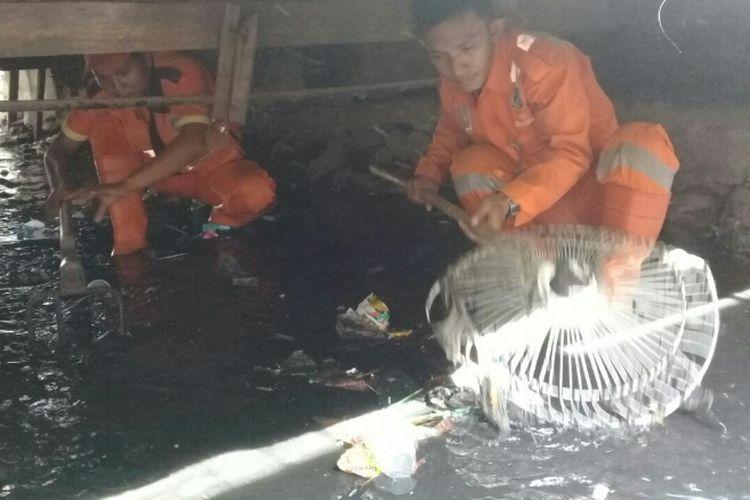 Pasukan oranye di Jakarta Utara membersihkan saluran air dalam program bedah sampah, Kamis (14/9/2017).