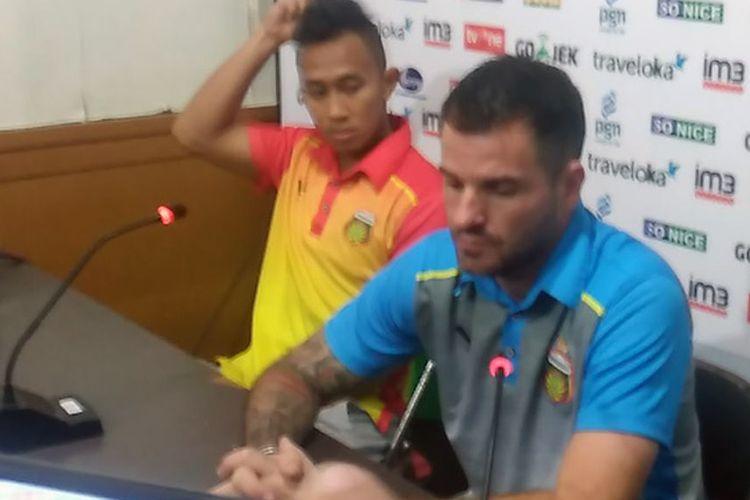 Pelatih Bhayangkara FC Simon McMenemy (kanan) bersama Antoni Putro Nugroho, selepas pertandingan lawan Persela Lamongan, Senin (17/7/2017).