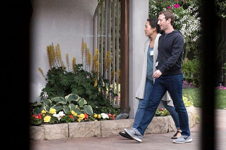 Mark Zuckerberg: Nike Flyknit Lunar 3 in Wolf Grey