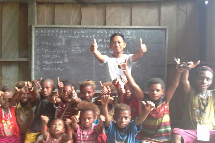 Seorang Guru Garis Depan Sahril Anci bersama para muridnya di Manokwari Selatan, Papua Barat. Sahril merupakan GGD angkatan pertama yang ditugaskan ke Papua Barat.