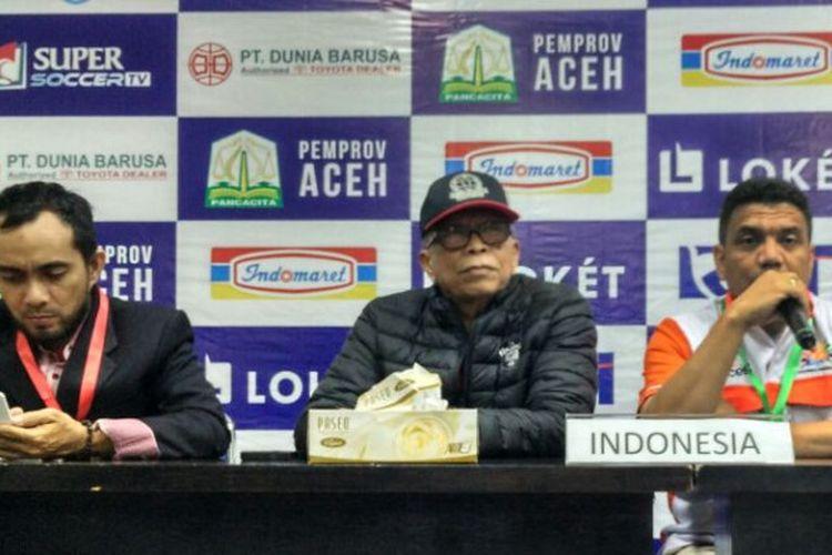 Ketua Panitia Pelaksana (Panpel) Aceh World Solidarity Cup 2017, M Zaini Yusuf (kanan), bersama Ketua Umum BOPI, M Noor Aman (kiri), memberikan pernyataan pers di Stadion Harapan Bangsa, Banda Aceh, Senin (4/12/2017).(Bolasport.com/Segaf Abdullah)