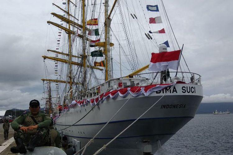 Kapal layar latih KRI Bima Suci milik Tentara Nasional Indonesia Angkatan Laut (TNI AL) bersandar di di Teluk Sabang, Pelabuhan CT-3 Pasiran, Kota Timur, Sabang, Aceh, Jumat (1/12/2017). Selain Bima Suci, kapal KRI Dewa Ruci juga turut meramaikan acara Sail Sabang 2017.