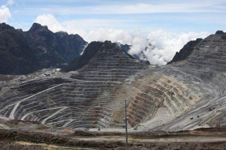 Areal tambang terbuka PT Freeport Indonesia di Grasberg, Timika, Papua, Kamis (24/11/2011).