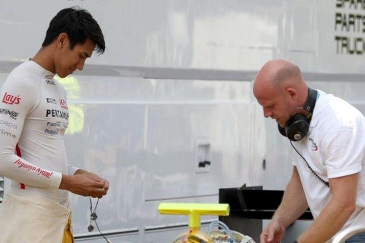 Pebalap Formula 2 asal Indonesia, Sean Gelael bersiap di pit untuk menjalani balapan sprint yang berlangsung di Sirkuit Monza, Minggu (3/9/2017).