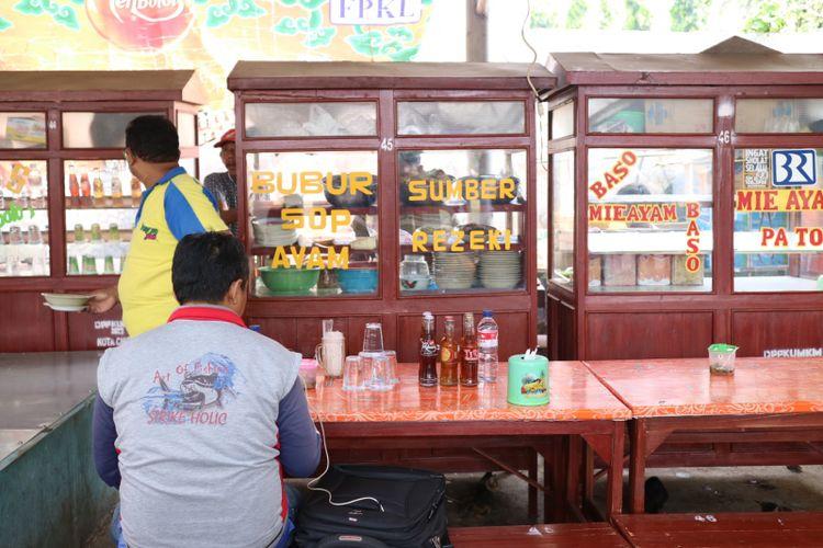 Gerobak penjual bubur sup ayam khas Cirebon di sentra kuliner Alun-alun Kota Cirebon.