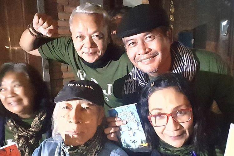 Seusai peluncuran buku di Bentara Budaya Bali, tiga penulis: Noorca Massardi (Hai Aku), Rayni Massardi (Daun Itu Mati) dan Jodhi Yudono (Paijo dan Paijah), berfoto bersama penyair legendaris Indonesia Umbu Landu Paranggi.
