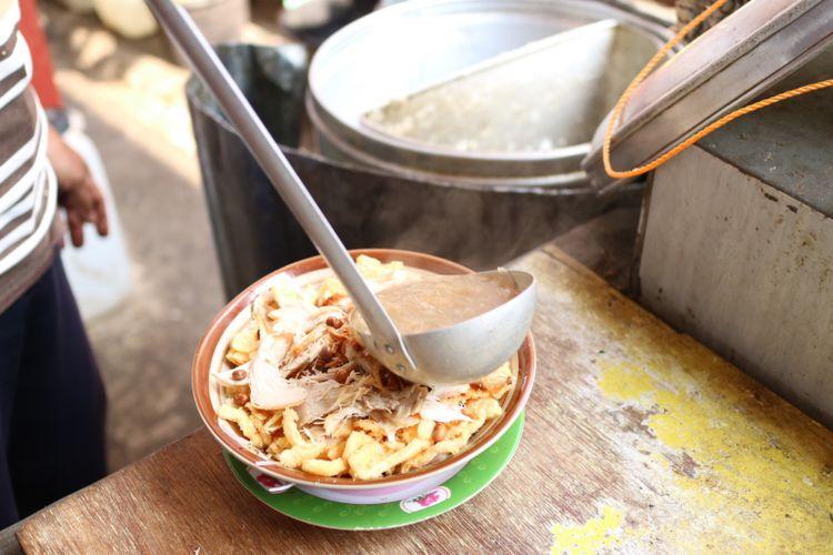 Bubur sup ayam khas Cirebon yang menggunakan kuah sup berkaldu, porsi kuahnya cukup banyak jadi merendam bubur dan semua topingnya.