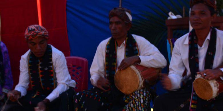 Tua-tua adat dari Kampung Rajong Koe, Desa Mbengan, Kecamatan Kota Komba, Manggarai Timur, Flores, NTT, Selasa (1/8/2017) menabuh gendang dan gong untuk mengiringi para penari Umbiro.