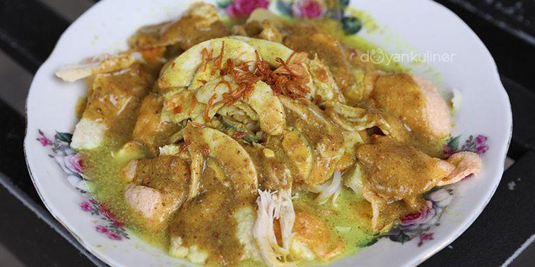 Gado-gado Ayam Hj Tarkanci, di Jalan Kembar Cirebon, Jawa Barat, tepatnya seberang rel kereta Stasiun Cirebon.