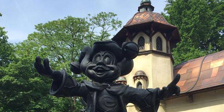 Patung kecil berkarakter Mickey di Efteling yakni taman hiburan bertema fantasi di Kaatsheuvel. Taman yang dibuka pada tahun 1952 ini adalah salah satu taman hiburan tertua di dunia dan taman hiburan terbesar di Belanda.