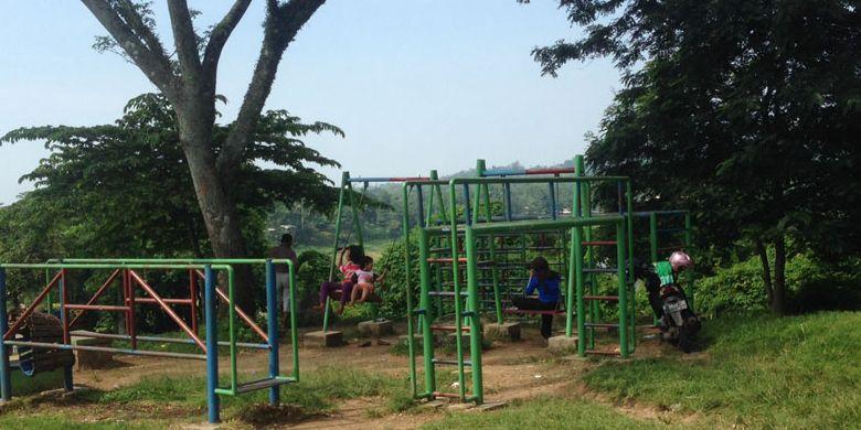Permainan anak-anak di Bendungan Gunung Rowo, Pati, Jawa Tengah.