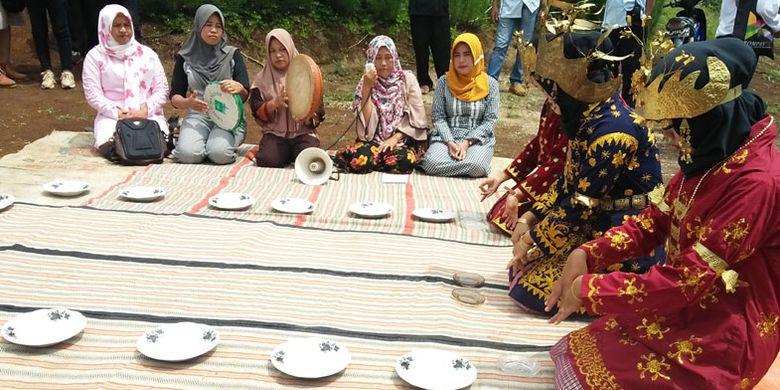 Suguhan tarian warga setempat sebelum menuju Air Terjun Lembah Pelangi di Pekon Sukamaju, Kecamatan Ulubelu, Kabupaten Tanggamus, Lampung.