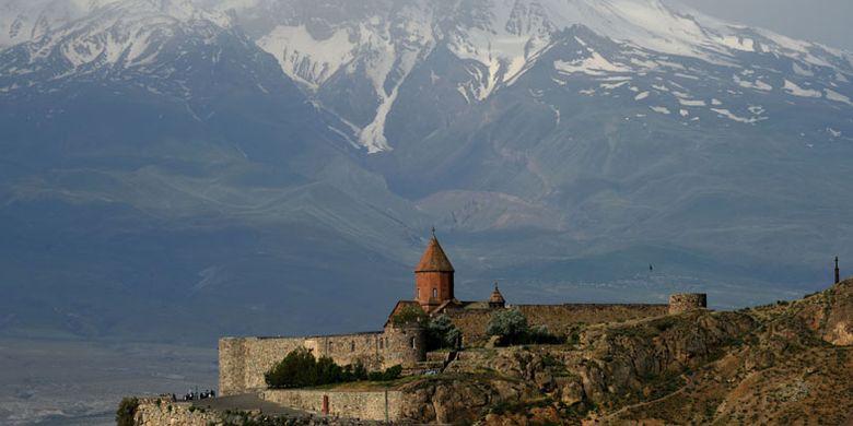 Yerevan merupakan kota paling kuno di dunia, terletak di sepanjang Sungai Hrazden. Kota ini menjadi ibu kota Armenia, negara Eropa Asia yang wilayahnya dikelilingi dan berbatasan langsung dengan Turki, Georgia, Azerbaijan, dan Iran.