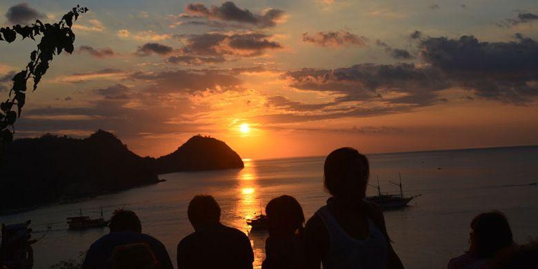 Turis asing yang berwisata di Manggarai Barat sedang menikmati matahari terbenam di ujung barat Pulau Flores yang dilihat dari Restoran Paradise, Kelurahan Labuan Bajo, Kecamatan Komodo, Manggarai Barat, Flores, NTT, Minggu (27/8/2017).